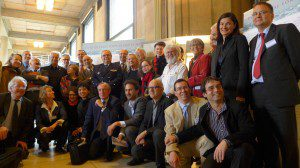 Photo de famille devant le texte du colloque