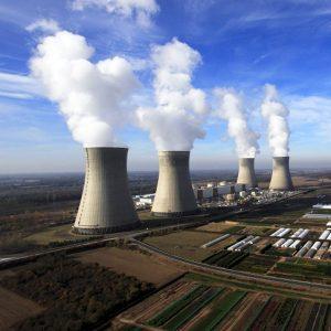 Vue aérienne de la centrale nucléaire de Dampierre-en-Burly avec ses quatre unités de production.